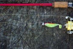 Pêche de l'attrait, de la tige et de la bobine sur le bois Photographie stock