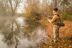 Pêche de la rotation sur une belle rivière Image stock