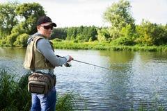 Pêche de la rotation sur une belle rivière Photographie stock libre de droits