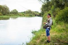 Pêche de la rotation sur une belle rivière Photo stock
