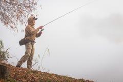 Pêche de la rotation sur une belle rivière Images stock