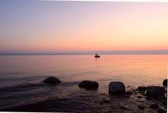 Pêche de matin sur le lac à l'aube Photo stock
