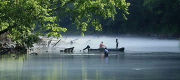 Pêche de mouche dans les eaux calmes Photo stock
