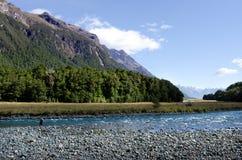 Pêche de mouche de pêcheur dans Fiordland Photographie stock libre de droits