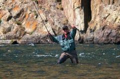 Pêche de mouche en Mongolie - poisson de grayling Images libres de droits