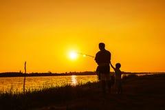 Pêche de père et de fils en rivière Photo stock