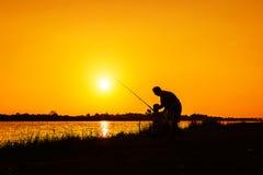 Pêche de père et de fils en rivière Photos stock