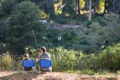 Pêche de père et de fils le jour ensoleillé Image stock