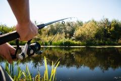 Pêche de pêcheur à la ligne en rivière Photos libres de droits