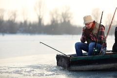 Pêche de pêcheur de bateau sur la rivière Photo libre de droits