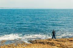 Pêche de pêcheur dans Oeiras, Portugal image libre de droits