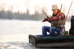 Pêche de pêcheur sur le lac avec l'amorce Image libre de droits