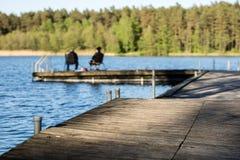 Pêche de poissons à un lac en Europe centrale Pêcheurs à la ligne pêchant sur Photo libre de droits