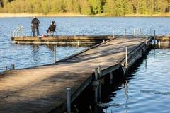 Pêche de poissons à un lac en Europe centrale Pêcheurs à la ligne pêchant sur Photos libres de droits
