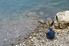 Pêche de rivage pour les personnes âgées Photographie stock libre de droits