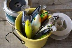 Pêche des attraits dans une tasse Image stock