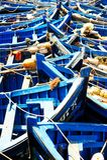 Pêche des bateaux bleus dans Marocco Un bon nombre de bateaux de pêche bleus dans Photo libre de droits