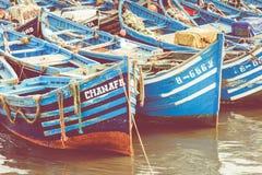 Pêche des bateaux bleus dans Marocco Un bon nombre de bateaux de pêche bleus dans Photos libres de droits