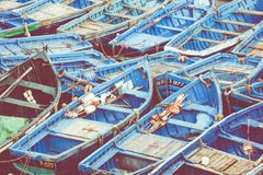 Pêche des bateaux bleus dans Marocco Un bon nombre de bateaux de pêche bleus dans Photographie stock libre de droits