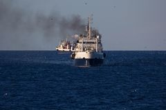 Pêche des bateaux dans l'océan images libres de droits