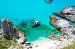 Pêche du bateau de yacht avec des ombres sur le parc inférieur de dérive de voile dans la surface azurée bleue de l'eau de turquo images stock