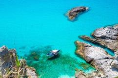 Pêche du bateau de yacht avec des ombres sur le parc inférieur de dérive de voile dans la surface azurée bleue de l'eau de turquo photos libres de droits