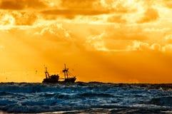 Pêche du bateau en mer Photos libres de droits