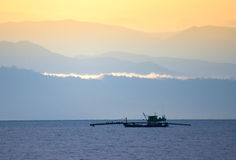Pêche du bateau en mer Image stock