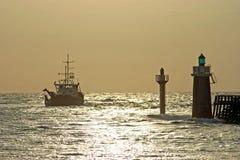 Pêche du bateau partant du port Photographie stock
