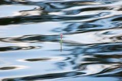 Pêche du flotteur dans la surface de l'eau Image libre de droits