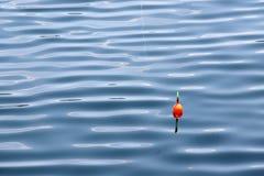 Pêche du flotteur pour pêcher dans l'eau photographie stock