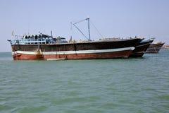 Pêche et cargos qui sont employés pour le transport dans la Mer Rouge et le golfe d'Aden Images libres de droits
