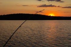 Pêche et soleil de minuit Images stock