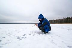 Pêche heureuse d'hiver dans un lac Photo libre de droits