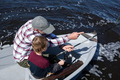 Pêche heureuse d'homme avec son fils Photos libres de droits
