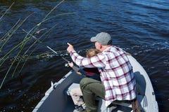 Pêche heureuse d'homme avec son fils Image libre de droits