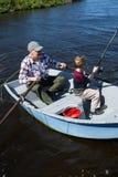 Pêche heureuse d'homme avec son fils Photographie stock