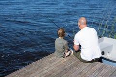 Pêche heureuse d'homme avec son fils Images libres de droits