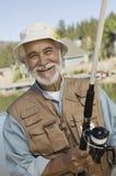 Pêche heureuse d'homme supérieur Image libre de droits