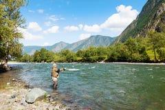 Pêche par flyfishing sur la rivière La Russie Sibérie Rivière Chelus Photographie stock libre de droits