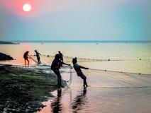 Pêche pendant le lever de soleil à la rivière de Rushikulya, Odisha images libres de droits