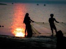 Pêche pendant le lever de soleil à la rivière de Rushikulya, Odisha image stock