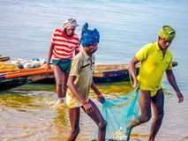 Pêche pendant le lever de soleil à la rivière de Rushikulya, Odisha photos libres de droits