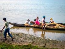Pêche pendant le lever de soleil à la rivière de Rushikulya, Odisha image libre de droits
