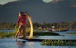 Pêche peu commune de soirée sur le lac Inle photo libre de droits