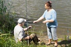 Pêche pluse âgé de couples sur un lac d'eau douce Photographie stock libre de droits