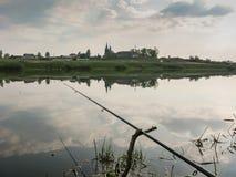 Pêche pour l'amorce dans un matin magique tranquille de ressort du rivage du lac Photographie stock libre de droits