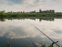 Pêche pour l'amorce dans un matin magique tranquille de ressort du rivage du lac Photo stock