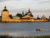 Pêche près des murs de monastère de Kirilo-Belozersky. Photos libres de droits