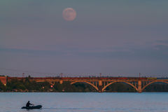 Pêche sous la lune Photographie stock libre de droits